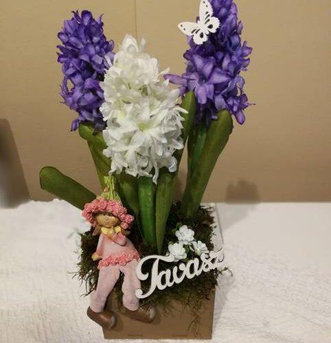 Tavaszi asztali dekoráció jácinttal