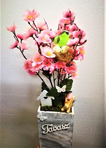 Tavaszi asztaldísz barackvirággal és nyuszival