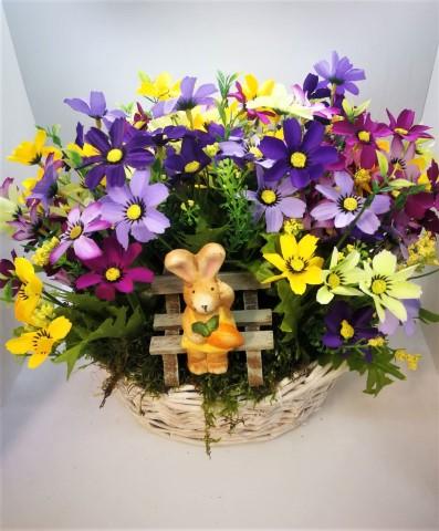 Tavaszi asztaldísz fonott kosárban nyuszival