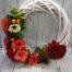 Őszi ajtókopogtató narancs színű virágokkal